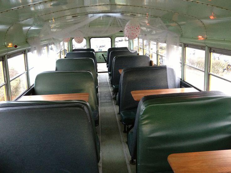 Amerikaanse schoolbus gezellig met tafeltjes Klassiek vervoer voor o.a. Bruiloften, Vrijgezellen Feesten, Gala's en Familie uitjes al vanaf 65,= p/u