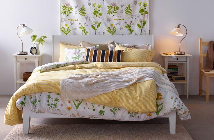Schlafzimmer mit IKEA Textilien und Bettwäsche mit traditioneller Note, u. a. STRANDKRYPA Bettwäsche-Set geblümt/weiß
