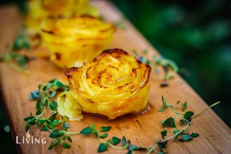 Kartoffelrosen vom Grill sind ein absoluter Hingucker, eure Gäste werden begeistert sein. In der Herstellung sind diese wirklich sehr einfach, wenn auch das Formen der Rose etwas Aufwand bedeutet. Ich habe die Kartoffelrosen mit Thymian und Knoblauch zubereitet. Was man sonst noch dazu benötigt und wie es gemacht wird, seht ihr hier.Zutate...