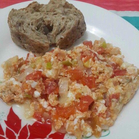 Al fin es sábado!!  Mi desayuno está hermosa mañana fué, delicioso pan de quinua con uvas pasas y huevos revueltos.  Huevos revueltos 2 claras 1 huevo 1 tomate (tamaño pequeño) 1/2 Cebolla 1 tallo cebolla larga Sal marina al gusto  Lo huevos los preparé en una sartén con spray de aceite de coco.  #DatosFit #IdeasFit #VidaSaludable #NoEsDieta #ComidaSaludable #Desayuno #HealthyFood #HealthyLiving #HealthyBreakfast #DesayunoFit #GinaFit #PorcionesGrandesFit #RecetasSaludables #Sabádete