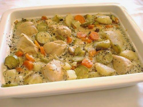 Receptek, és hasznos cikkek oldala: Sült csirke tejszínes zöldségraguval, remek étel gyorsan a sütőből!