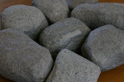 Hoe Papier Mache stenen maken. Leuk als aankleding, om voor een spel. Stenen staan aan de ene kant, de kinderen moeten racen om  de stenen naar de andere kant te brengen, waarna ze daar een muurtje moeten bouwen.