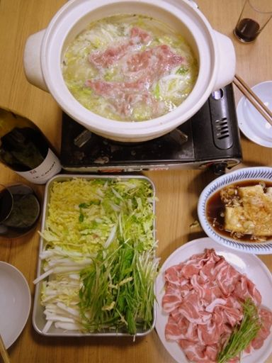 この時期の白菜が大好きなんですが、 料理家の重信初江先生に教えてもらった鍋がおいしすぎた。 お許しいただいたので、詳しい分量オープンにしちゃいます...