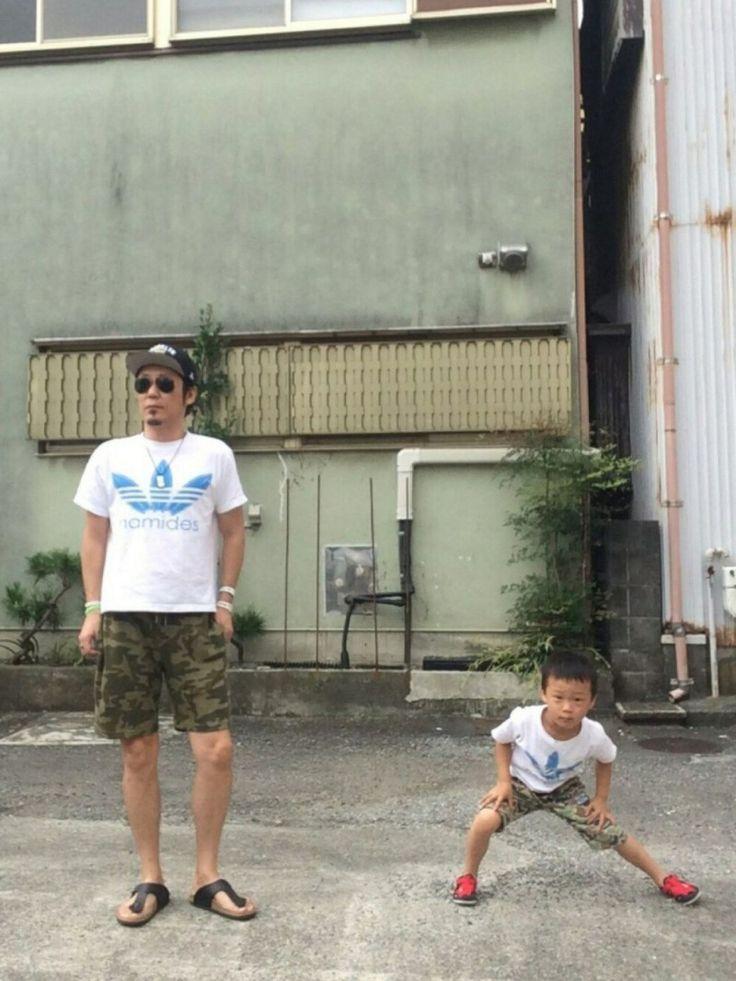 今朝の休日コーデ親子コーデでスタートん⁉️息子よ、何でそんなに離れる休日は息子がカモフラに、namidesTシャツ(オリジナルTシャツ)を着ていた…