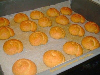 Μαλακά μυρωδάτα μουστοκούλουρα με μούστο ή πετιμέζι!  Η πιο δημοφιλής συνταγή στο blog μου από τότε που δημιουργήθηκε είναι τα ανεβατά κουλουράκια ζεματιστά ή … απλά. Πρόκειται π…
