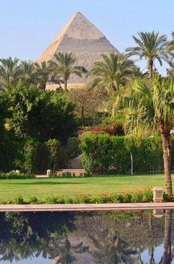 Beautiful view of Giza Pyramids -Cairo , pyramide de Giza