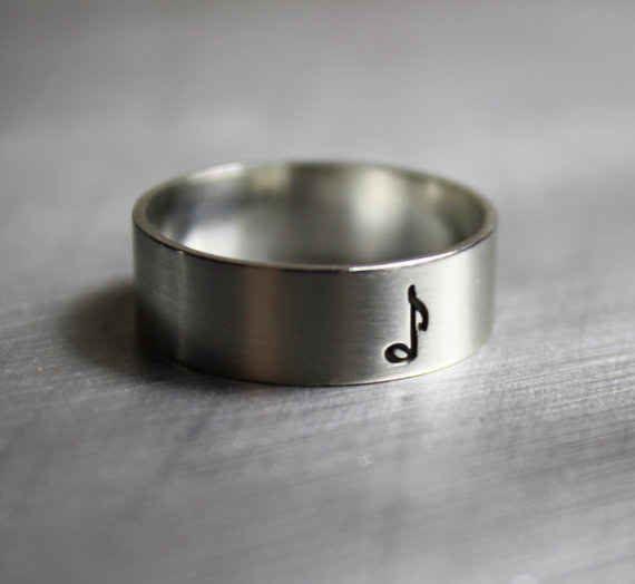 Este lindo anillo con una corchea ($27).