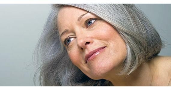 """– A melatonina é um hormônio secretado pela glândula pineal em resposta ao período noturno. Quando está escuro, o corpo produz melatonina; quando está claro, a produção cai. """"Acredita-se que a melatonina controle o ciclo reprodutivo na mulher, a frequência da menstruação e até a menopausa. Estudos relacionam a melatonina com o envelhecimento, pois os níveis de melatonina são maiores em crianças que adultos"""", explica Andressa."""