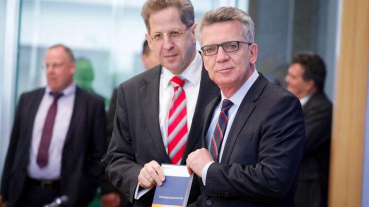 Bundesinnenminister Thomas de Maiziere (r, CDU) und Verfassungsschutzpräsident Hans-Georg Maaßen nannten die Zahl von 680 Gefährdern aus dem Islamisten-Milieu – die höchste bislang