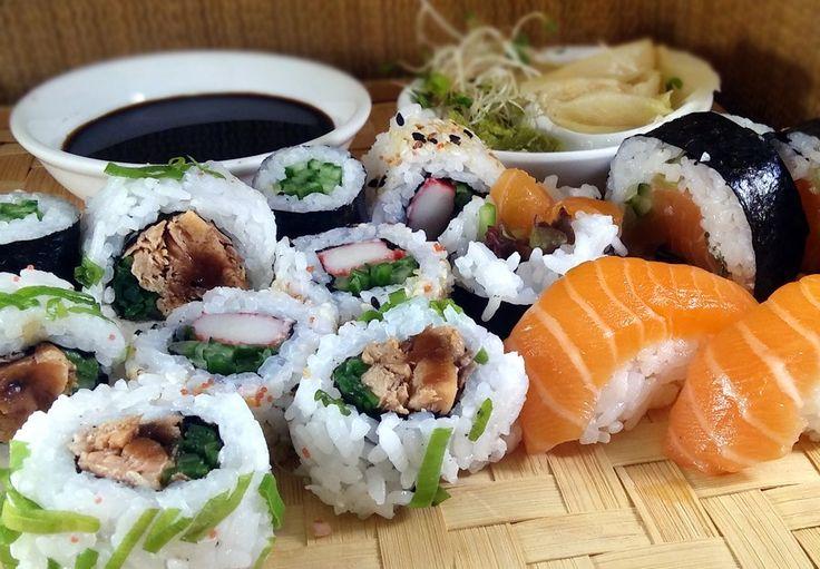 Jakiś czas temu udało mi się wygrać kupon rabatowy na sushi na Pyszne.pl. Kupon leżał i jakoś przez to gotowanie stale na blog, zapomniałem o nim kompletnie. Nagroda fajna bo uwielbiam kuchnię japońską, jednak okazji nie było. Aż przyszedł dzień, gdy padło z moich ust zdanie: dzisiaj nie chce mi się gotować… zamawiamy coś? No …