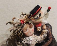 Un giro di Tango!!! Materiale di recupero: Sassi , conchiglie e legni di mare e radici di orchidea trovato dentro il bidone dell'immondizia)  (Cappello e baffi sono di cartoncino ....nastrini e rosellina di raso, trucco della damina fard terra e ombretto polvere....seguendo le imperfezioni del sasso, la gonna : conchiglia trovata nel canale vicino a casa mia)