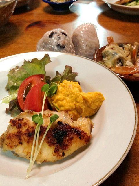 シイラは、塩麹に漬けたものをムニエルにしました。 - 17件のもぐもぐ - シイラのムニエル・かぼちゃサラダ・生野菜・親子煮・お赤飯 by mayuwo