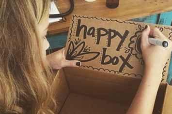 Happy box: mettre des bout de  papiers avec écris à l'intérieur des souvenirs qui vous font sourire à coups sûre. Si vous êtes déprimé! Piger en un un et vous verrez!