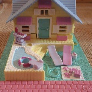 Polly was livin' the actual dream in her own beach house with her friends. | 21 Polly Pocket Sets That Will Give Every '90s Kid Intense Nostalgia