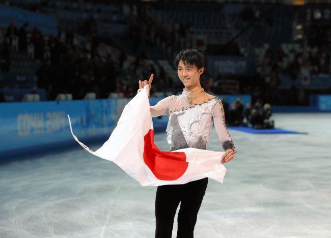 〈ソチオリンピック(男子フリー)〉 優勝を決め、日の丸を手に笑顔を見せる羽生結弦=飯塚晋一撮影