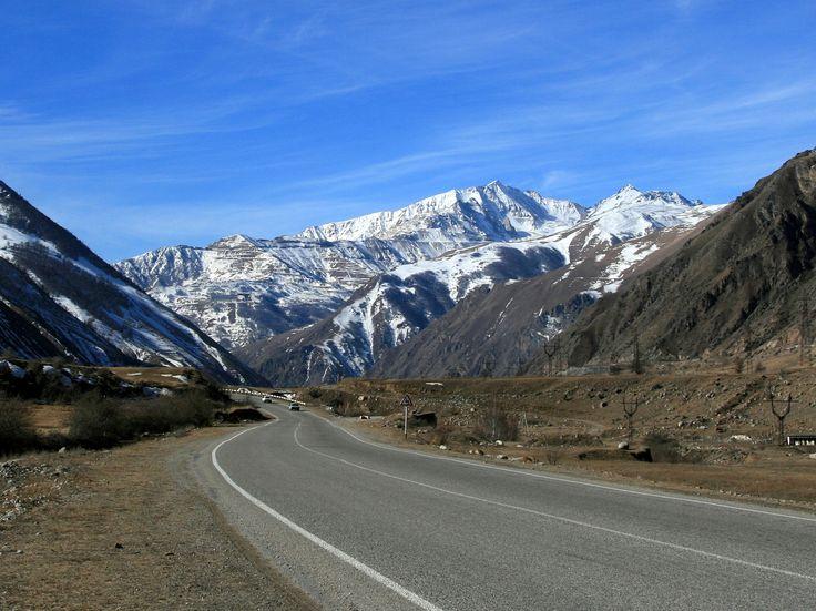 Dolina rzeki Baksan jest jedną z najpiękniejszych na całym Kaukazie. Droga poprowadzona tą doliną stanowi jedyne połączenie z Przyelbrusiem, znanym ośrodkiem narciarskim, turystycznym i alpinistycznym położonym na stokach...