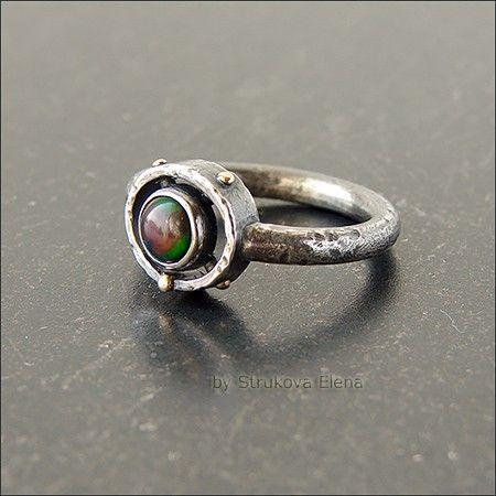 Лаконичное кольцо с опалом.