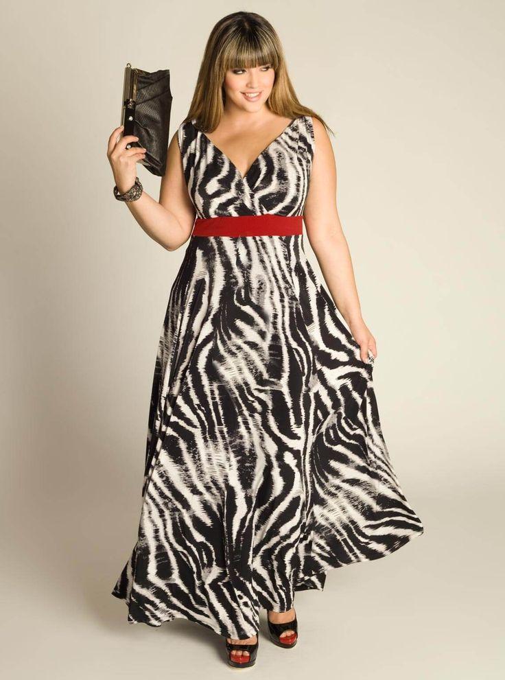 Платье — зебра, туфли на каблуке черные, красный пояс, сумочка черная, красный пояс, браслеты под змеиную кожу