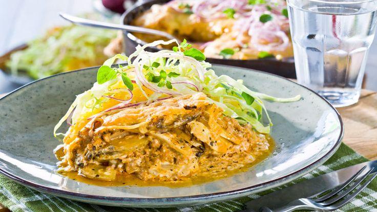 I vårt recept på köttfärsgratäng med potatis, rotselleri och crème fraiche får ugnen göra jobbet. Oemotstångligt gott!