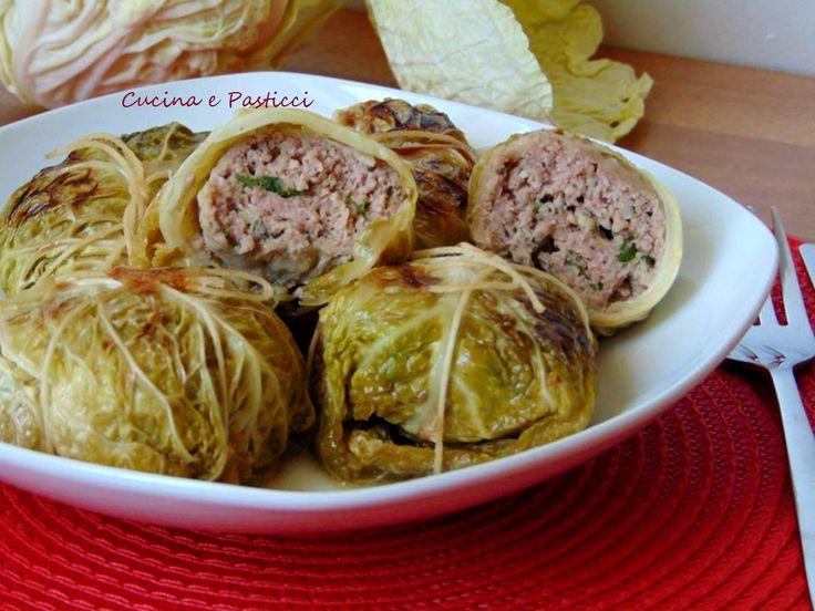 Gli involtini di verza e carne sono un secondo molto ricco e saporito, ricetta tipica autunnale e invernale