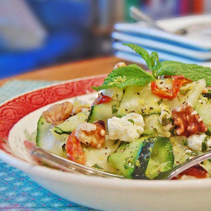 """""""Tout a commencé lors d'un potluck au travail. Les victuailles à partager étaient toutes délicieuses, mais un plat volait la vedette: la jolie salade de rubans de courgettes!"""""""