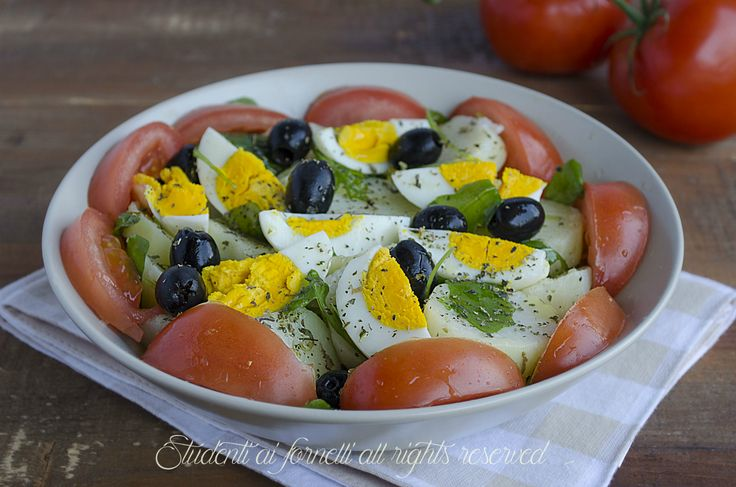 Insalata sfiziosa patate e uova sode con pomodori e olive, un piatto unico freddo gustoso. Ricetta facile e veloce