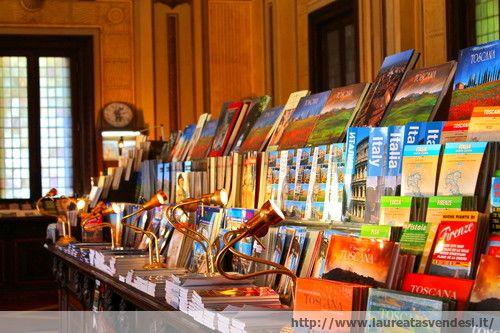 Libri in italiano, inglese e russo nella libreria dello stabilimento Tettuccio a Montecatini Terme, in Toscana