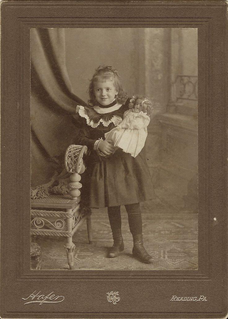 Очаровательная маленькая девочка и ее кукла в чтение, штат Пенсильвания   eBay