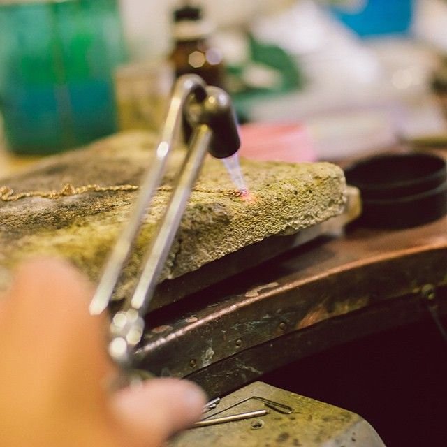 Relatare din mijlocul haosului creativ, acea dezordine ordonata în care ideile prind contur. #bijuterii #sabion #inspiratie #arta #design #jewelry #inspiration #ékszerek #joyas #bijoux #takı #Schmuck #首饰 #首飾 #보석류#ювелирныеизделия #instajewelry #jewlery #jewelrylover #workshop #live #love #life #artist #designer Bijuterii cu suflet manufacturate în România. 