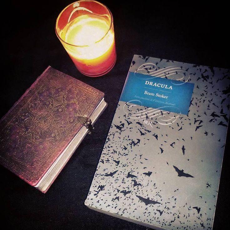 """Giorno 4 della #LitBloggerUnitedOctoberChallenge - Lettura coi vampiri preferita """"Dracula"""" di Bram Stoker  #dracula #bramstoker #libro #leggere #lettura #romanzo #classici #libri #amoleggere #candela #diario #horror #vampiro #book #books #booklover #bookworm #bookstagram #candle #vampire #lettetatura #instagood #instaread #instalike #picofthenight #instapic"""