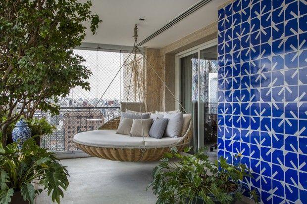 Painel de azulejos Athos Bulcão na varanda. Coletivo Arquitetos.