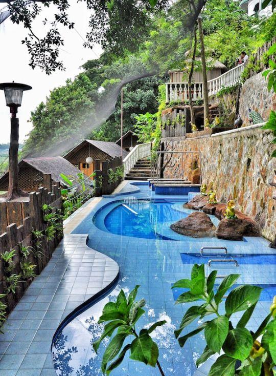 Luljetta's Hanging Gardens, Antipolo / Philippines (via outoftownblog.com).   It's a beautiful world