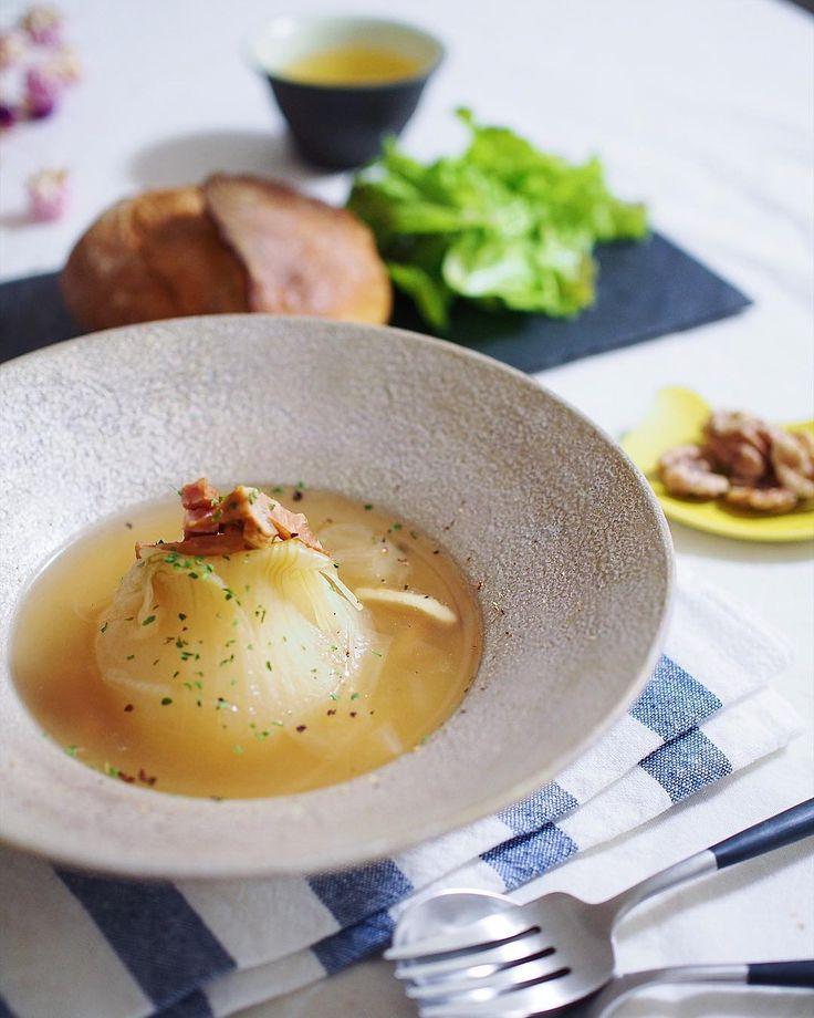 スープの中でも健康効果が期待できる玉ねぎスープで身体を温めませんか?玉ねぎにはダイエット効果など嬉しい健康要素がいっぱいです。今回は、簡単に作れて栄養もたっぷりとれる、万能な「まるごと玉ねぎスープ」の作り方とアレンジレシピをご紹介します。