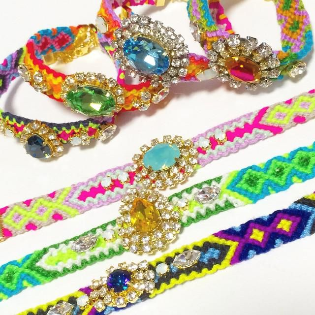 今年の夏のファッションアイテムで大注目されている「ビジューミサンガ」。ブレスレット型のミサンガで、糸だけじゃなくキラキラビジューがついている豪華なもの!TV「王様のブランチ」でも紹介され、瞬く間に人気に火が付きました♪ ミサンガなので、100均の刺繍糸を使えばハンドメイドもできるんです♪早速自分好みのミサンガを編んで、夏のお出かけに備えよう!