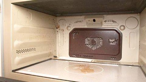 家事えもんの得する掃除術②> ◆電子レンジの油汚れと焦げつきは秘密道具「重曹」をチンして落とす