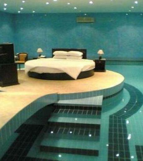 Dans cette chambre, le lit repose au-dessus d'une large piscine