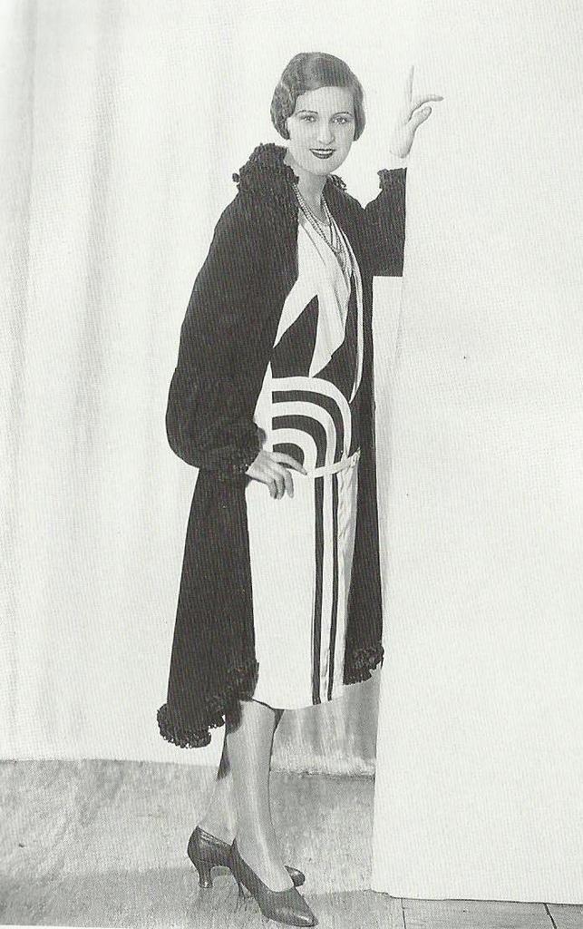 l 39 imprim de cette robe de 1927 a t inspir des motifs. Black Bedroom Furniture Sets. Home Design Ideas