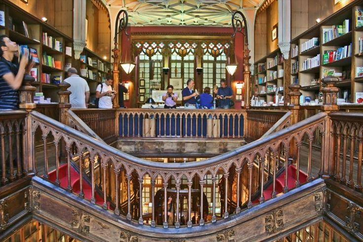 """Ha una forma sinuosa e irregolare, a metà strada tra l'antico e il moderno. La scala più strana è a Porto, in Portogallo, in una libreria che si chiama """"Livrario Lello e Irmão"""", conosciuta in inglese come """"Lello Bookshop"""". E' una destinaz"""