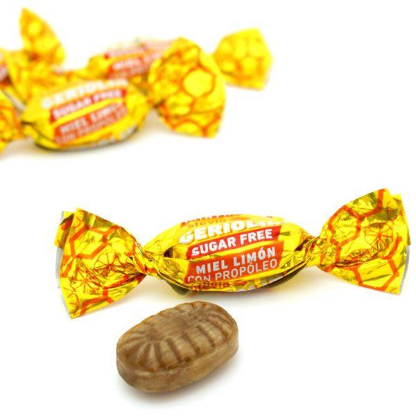 Nuevos caramelos sin azúcar Geriolín Con la llegada del frío en Configirona hemos lanzado una nueva familia de caramelos sin azúcar. El primero, un mentolado extra fuerte que te ayudará a descongestionar la nariz y mejorar la respiración durante el día. Y otra de miel y limón con propólis, un ingrediente