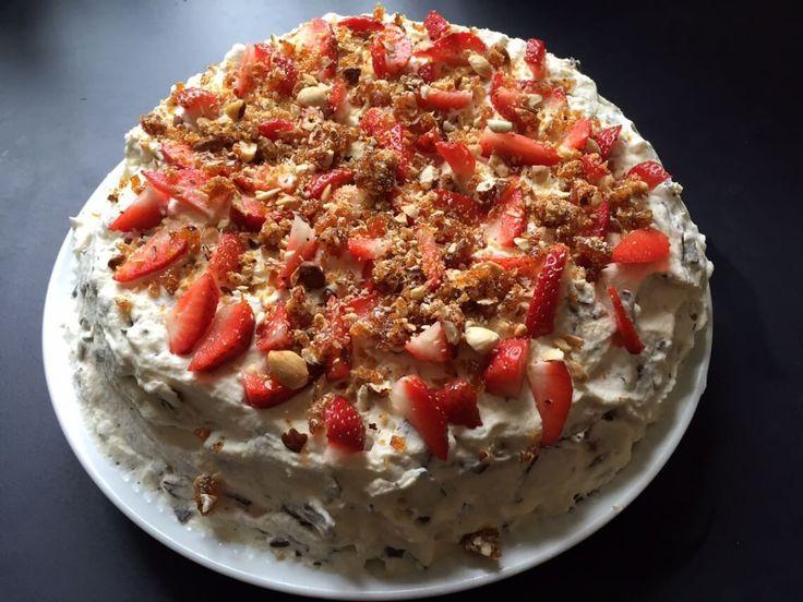 """Prøv Grys nemme lagkage med flødeboller, """"After Eight"""" og friske jordbær - vi lover, den også kan spises, selvom der ikke er fødselsdag."""