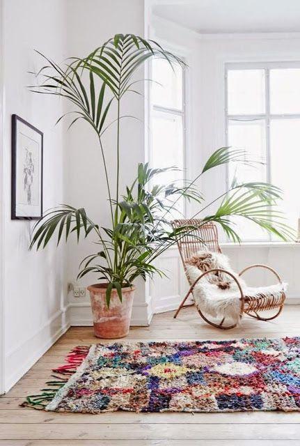 Un tapis berbère multicolore dans une pièce immaculée