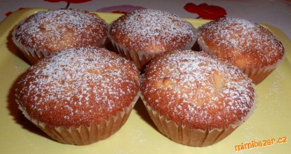 Skořicové muffiny s jablky. Těsto: 250 g polohrubé mouky, 160 g cukru krupice, ½ prášku do pečiva, 1 lžička skořice, 2 vejce, 100 ml oleje, 100 ml mléka, 160 g nakrájených jablek, 1 hrst ořechů.