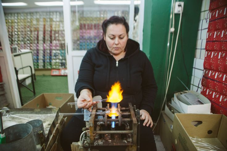 Το εργαστήριο της Αθανασίας είναι το μόνο σε όλη την Ελλάδα που έχει καταφέρει να επιβιώσει από την κρίση και από τις εισαγωγές κινέζικων στολίδιών και να φτιάχνει κομμάτια άριστης ποιότητας και υψηλής αισθητικής που κατασκευάζονται σύμφωνα με το παραδοσιακό τρίπτυχο: φωτιά, γυαλί και τέχνη. Φωτό: Γιάννης Τόμτσης/LIFO