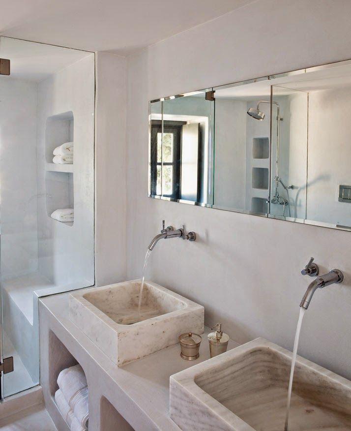 Idra: Una dimora antica rivisitata dall'interior designer Tina Komninou. Dal bagno in vetroresina spiccano i lavabi in marno e gli elementi funzionale in vetro