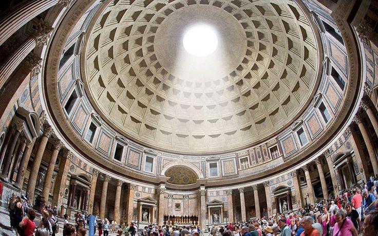 """Pantheon: Il nome deriva da due parole greche: pan, """"tutto"""" e theon """"divino"""", in origine infatti il Pantheon era un piccolo tempio dedicato a tutte le divinità romane. Fatto erigere tra il 27 e il 25 a.C. dal console Agrippa, prefetto dell'imperatore Augusto.Domiziano nell'80 d.c. lo ricostruì dopo un incendio, trent'anni dopo colpito da un fulmine prese nuovamente fuoco. Fu allora ricostruito nella sua forma attuale dall'imperatore Adriano."""