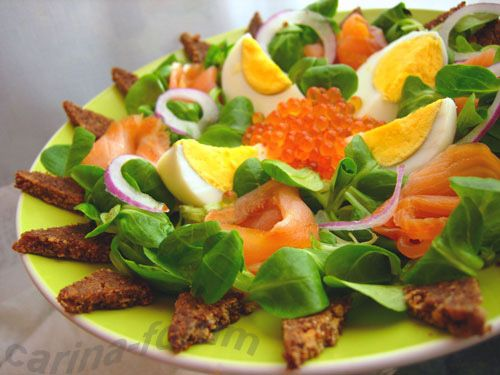 Salad with smoked salmon and brown bread