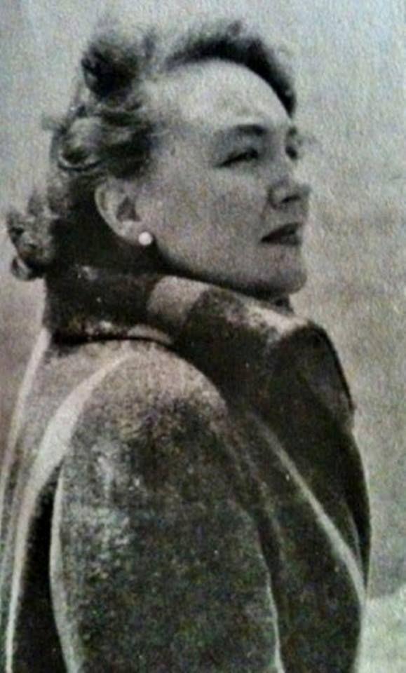 1936 Cahit Uçuk-Yasin Onur Cumhuriyet tarihinin ilk kadın yazarlarındandır.Bu yazı aynen Zincirlikuyu mezartaşında da yazıyor.Piyes,Hikaye,Roman,Masal üzerine birçok eser bırakmıştır.95 yaşında 2004te aramızdan ayrıldı.Mekanı Cennet olsun.