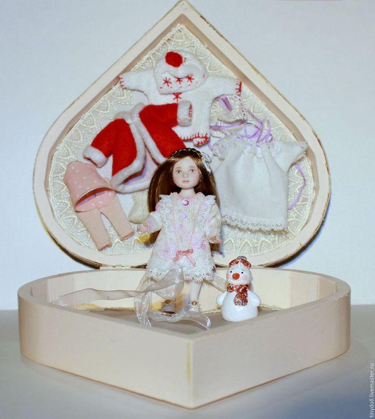 Купить или заказать фарфор 9.5 см в интернет-магазине на Ярмарке Мастеров. Приближаются Новый год и Рождество! Праздничный набор, большая деревянная шкатулка в виде сердечка, куколка, игрушка снеговик и пять нарядов. Куколка фарфоровая в масштабе 1:12, голова, руки и ноги подвижные, роспись надглазурными красками. Одежда и обувь выполнены, как настоящие, на подкладке и микропуговках. Игрушка снеговик из паперклея, расписан акрилом.