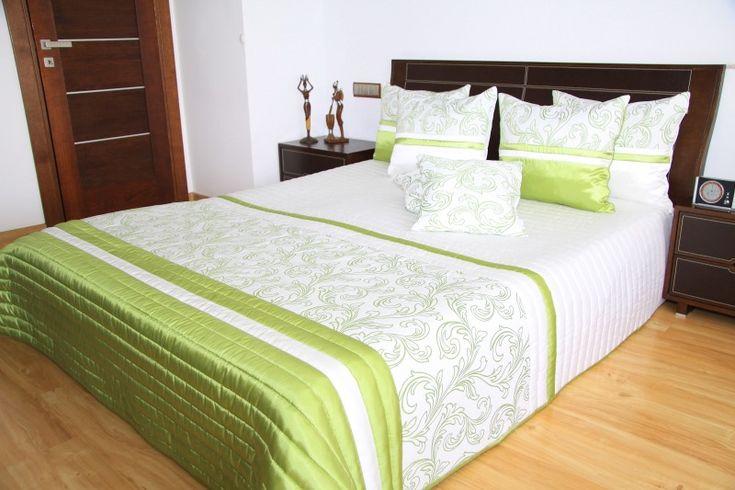 Oryginalne ecru luksusowe narzuty na łóżko z zielonym ornamentem