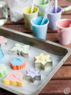 Idee fai da te :: Lavoretti con i bambini, i gessetti fai da te http://www.casaetrend.it/articles/idee-fai-da-te/2598/lavoretti-con-i-bambini-i-gessetti-fai-da-te/